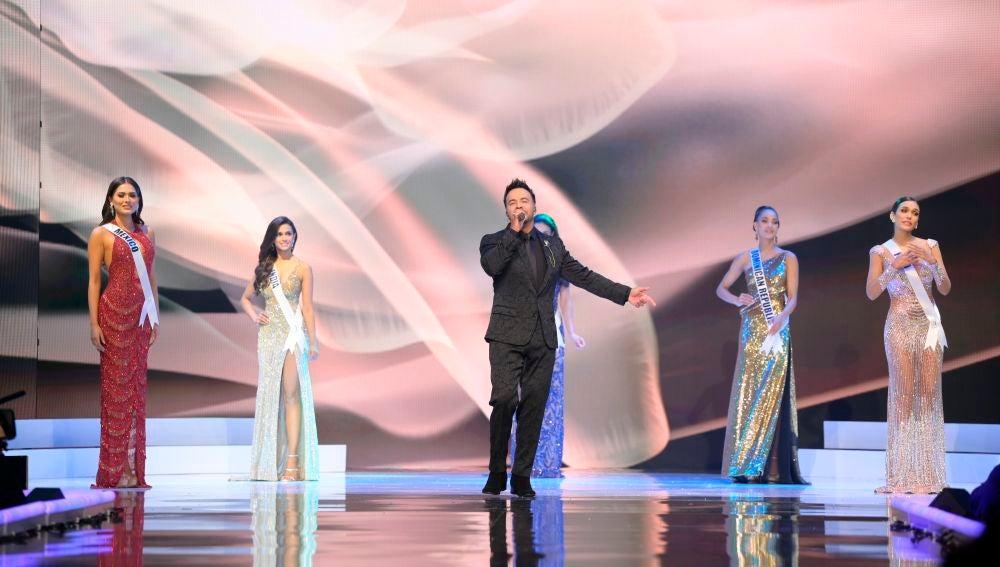 Luis Fonsi interpretando 'Vacío' en Miss Universo 2021