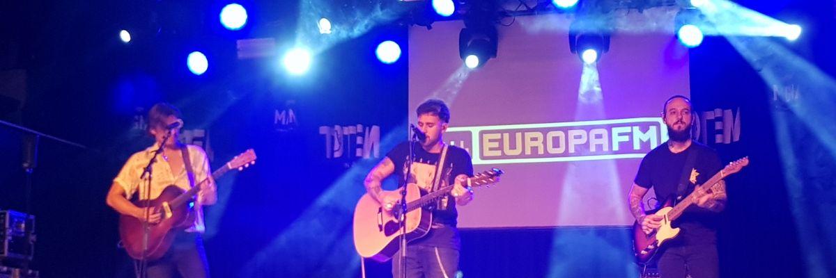 Dani Fernández canta en el showcase de Europa FM en Pamplona.