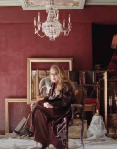 Adele vaciando su casa en 'Easy on Me'