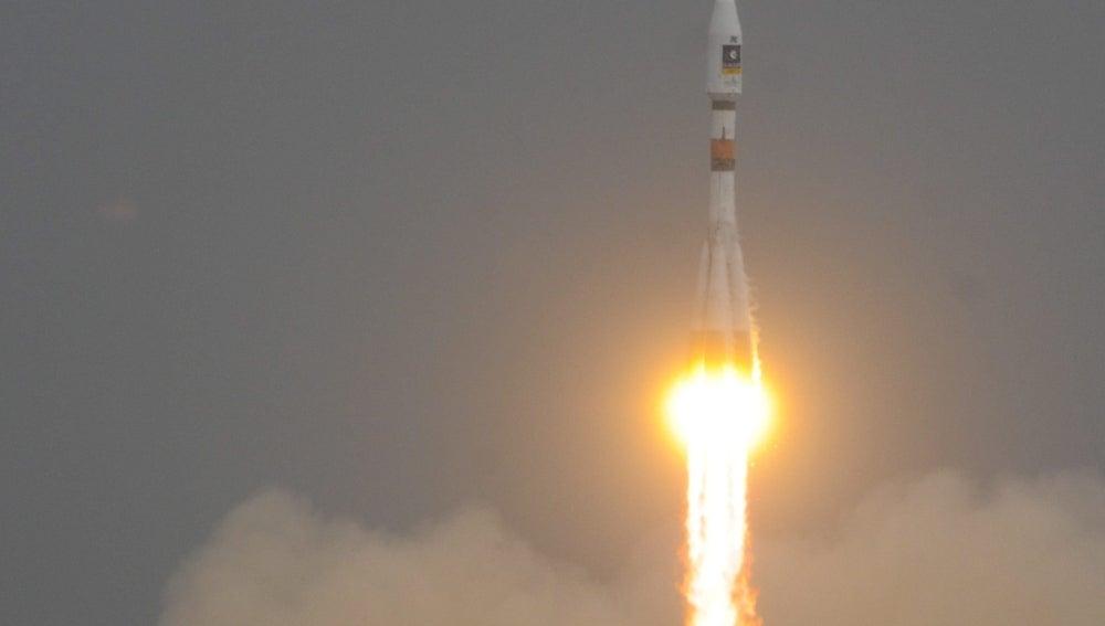 Fotografía facilitada por la Agencia Espacial Europea (ESA) del despegue del cohete Soyuz