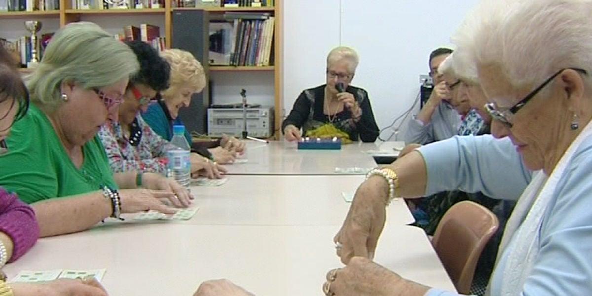 Ancianas jugando al bingo