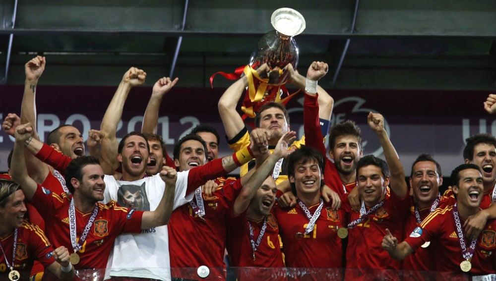 Casillas levanta la copa al cielo de Kiev