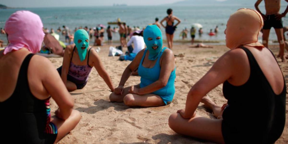 Un grupo de señoras con face-kini