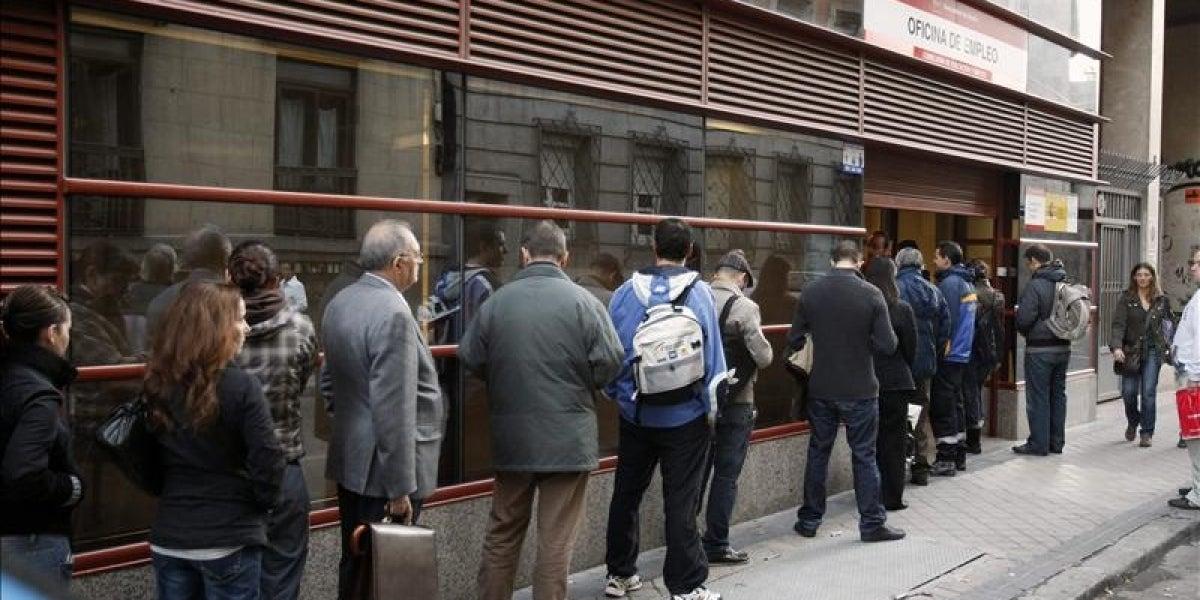 Cola en el exterior de una oficina de empleo en Madrid.