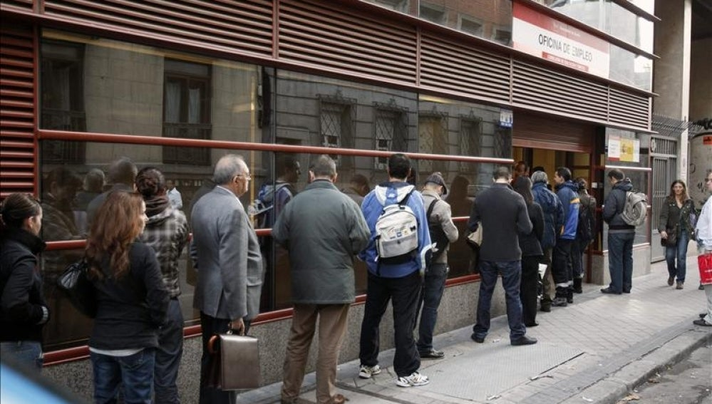 Cola en el exterior de una oficina del INEM en Madrid.