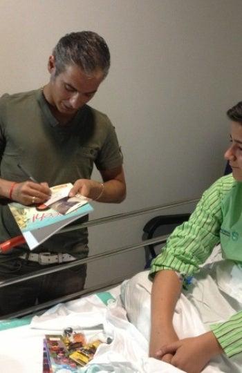 El cantante Pitingo, con uno de los niños, ingresado en el Hospital Nuestra Señora del Prado