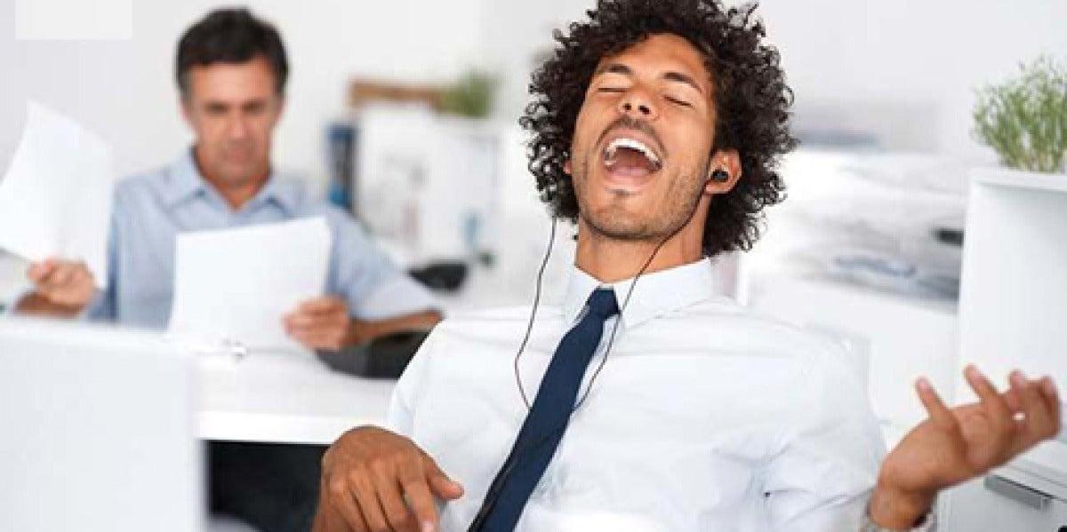 Un hombre escuchando música