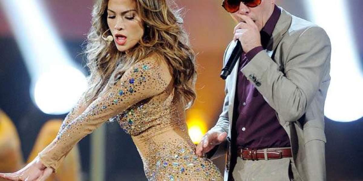 Jennifer López junto a Pitbull en una actuación