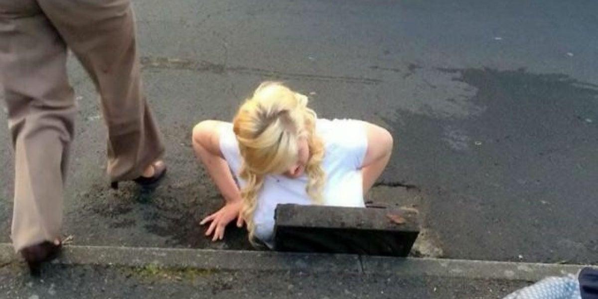 La joven intentaba recuperar su iPhone