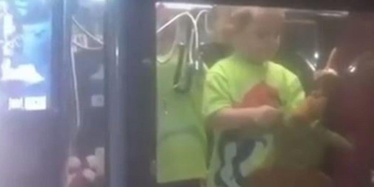 Un niño, atrapado en una máquina de juguetes