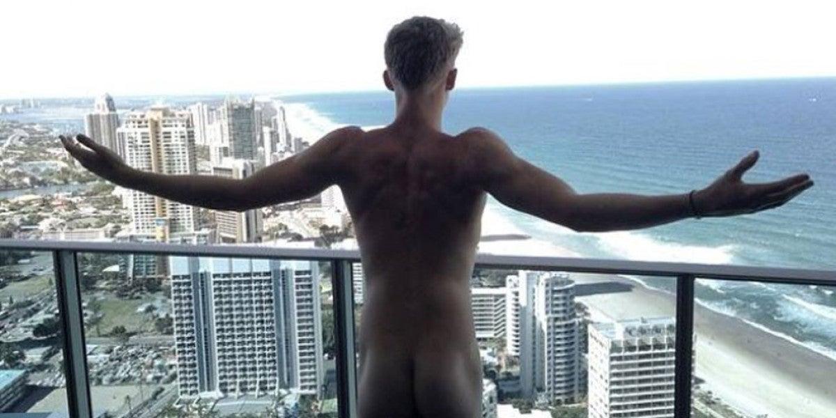 Cody Simpson se muestra desnudo al mundo
