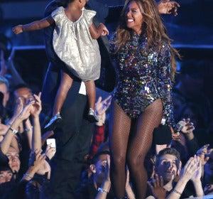 Beyoncé recibe un galardón honorífico de manos de Blue Ivy y Jay-Z
