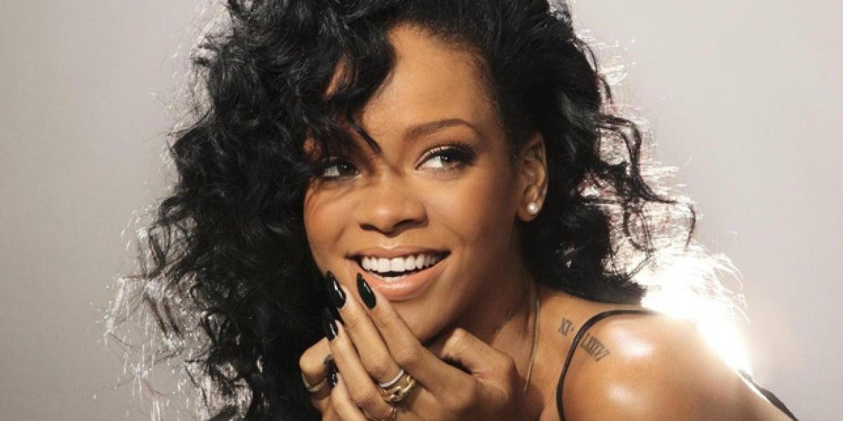 Rihanna es un ejemplo de una melena rizada difícil de controlar