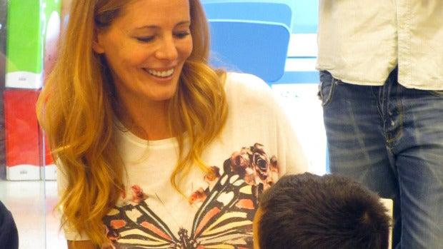 Paula Vázquez visita a los niños del Hospital  Clínico Universitario de Santiago