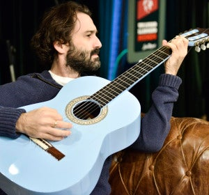 Javier Limón tocando la guitarra