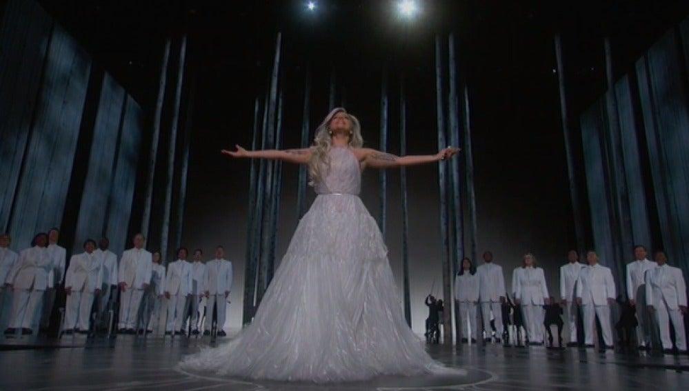 Lady Gaga homenajea 'Sonrisas y lágrimas' en su actuación de los Oscar