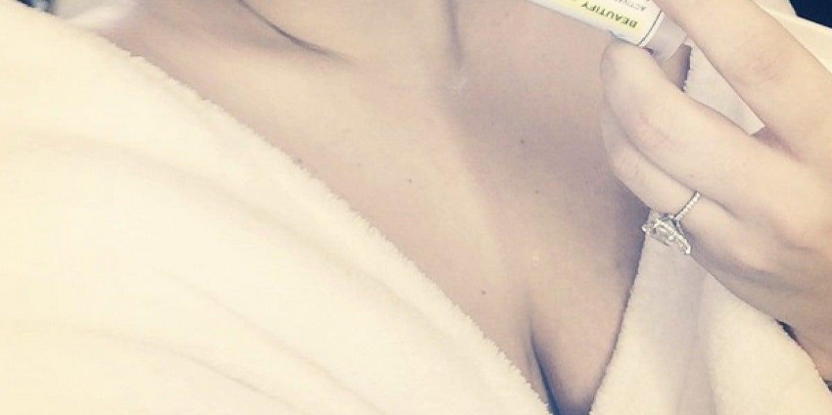 Lady Gaga con una inyección en la boca