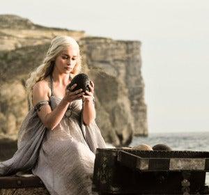 Daenerys Targaryen con uno de los huevos de dragón