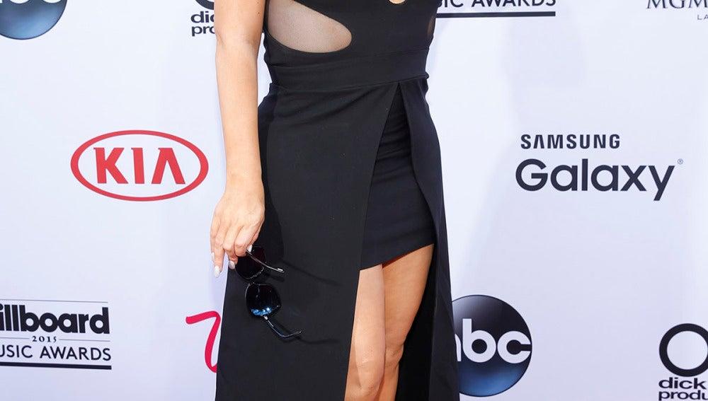 Mariah Carey llegó con este escote y este mini vestido por delante con cola por atrás