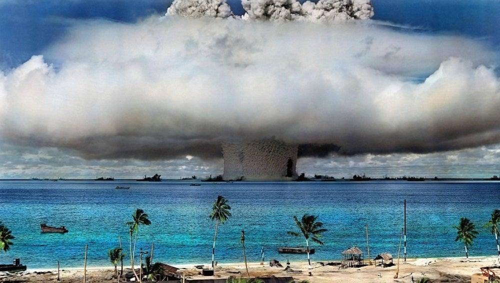 Prueba de una bomba atómica estadounidense en el atolón de Bikin en 1946