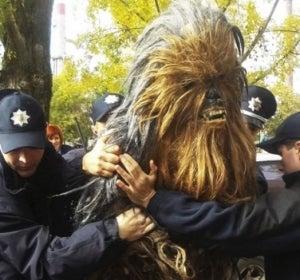 Detención de un hombre disfrazado de Chewbacca