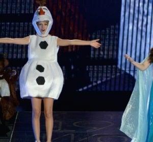 Taylor Swift junto a Idina Menzel interpretando 'Let it go'
