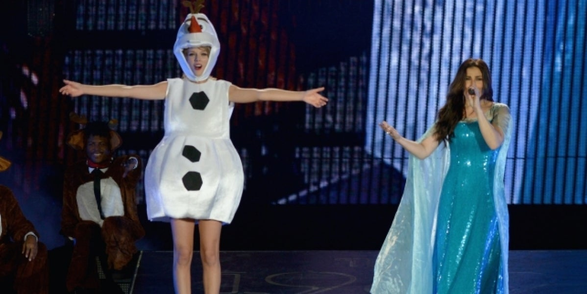 Taylor Swift junto a Idina Menzel interpretando 'Let it go'