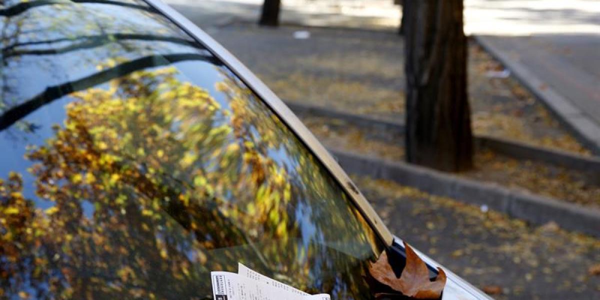 Una multa en el parabrisas de un coche