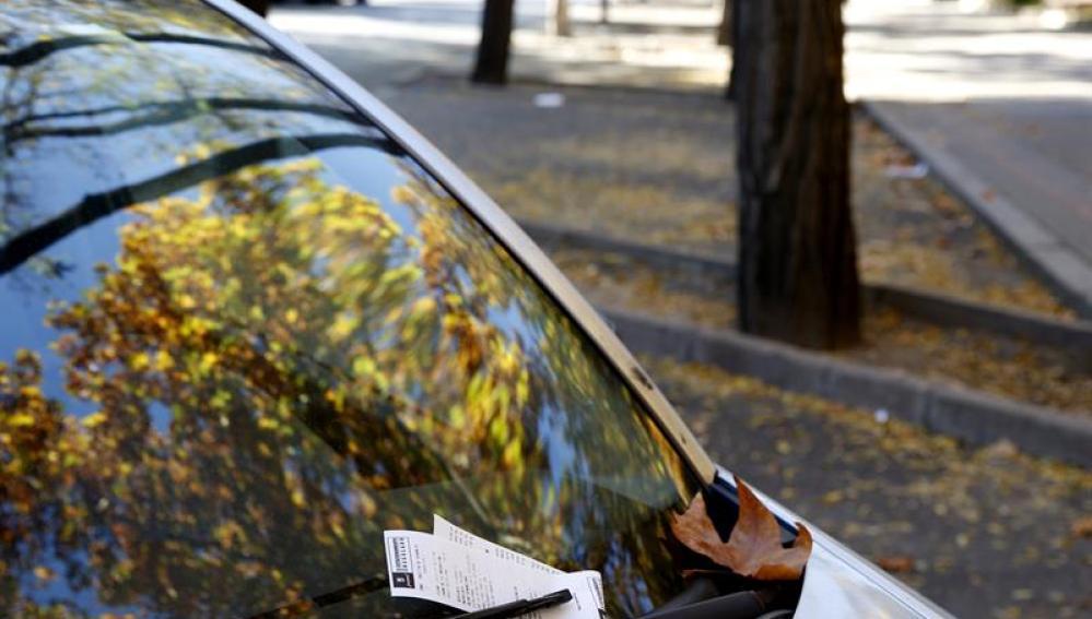 Una multa en el parabrisas de un coche en Madrid