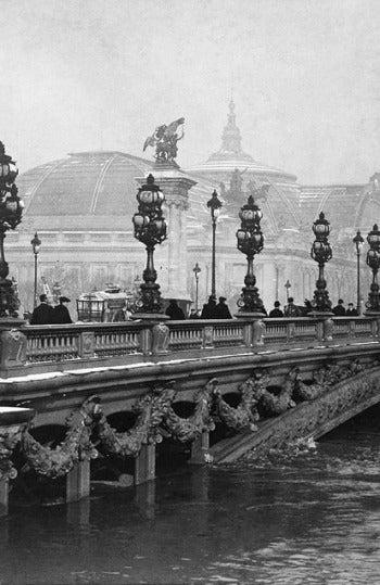 El Puente de Alejandro III de París durante la inundación de 1910