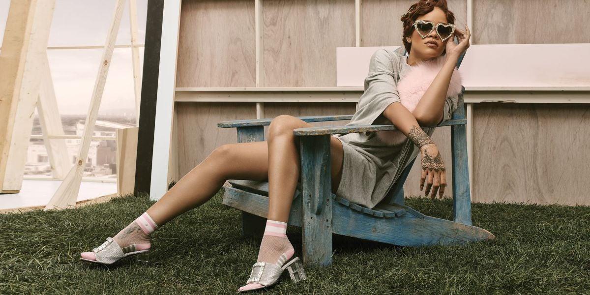 Rihanna en la imagen promocional de su nueva línea de calcetines y medias