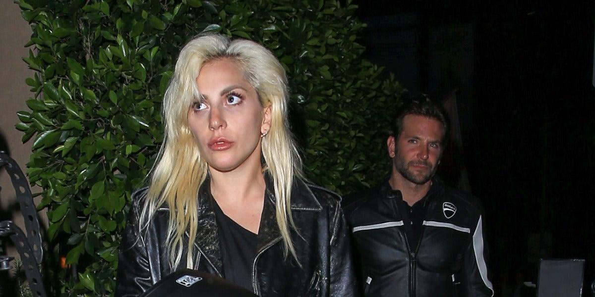 Lady Gaga y Bradley Cooper yendo a cenar a un restaurante en California