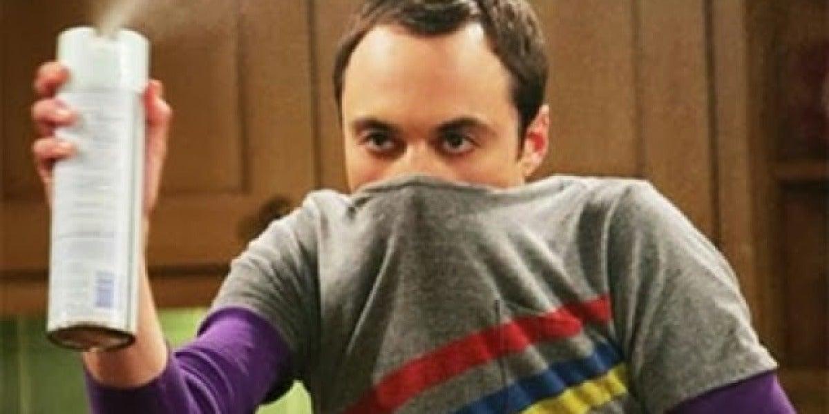 Sheldon con un ambientador