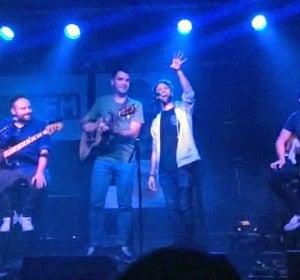 Un fan irrumpe en el escenario en el showcase de Supersubmarina en Málaga
