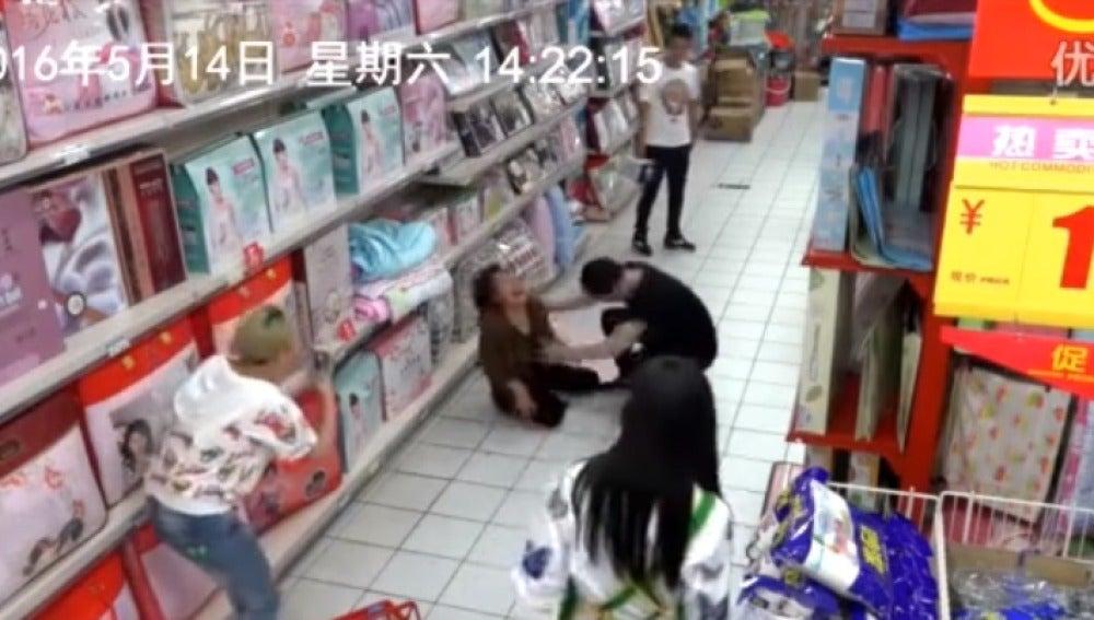 Una mujer es poseída en un supermercado