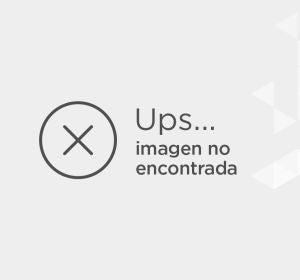 Emma Stone, con camiseta de rayas, culotte en denim y zapatos animal print