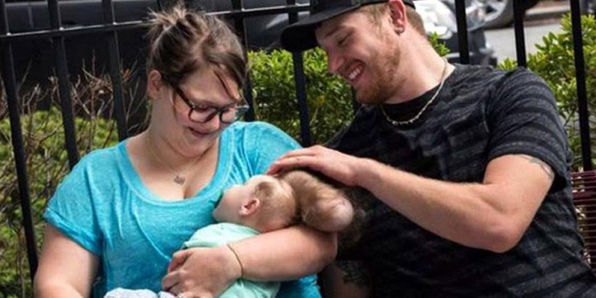 El pequeño Betley con sus padres.