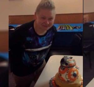 Casi pierde el ojo al estamparse contra su tarta