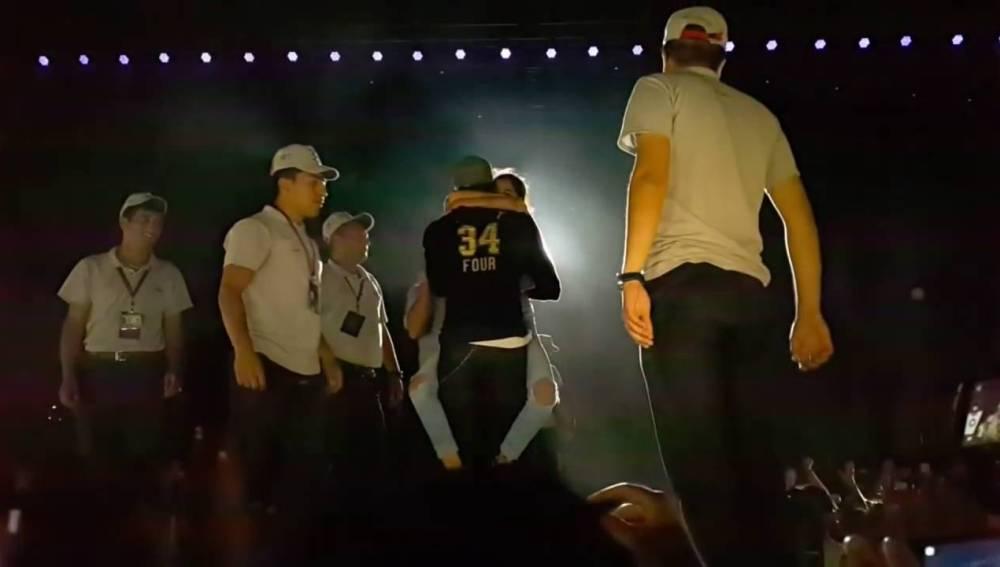 Una fan salta al escenario y se aferra a Enrique Iglesias