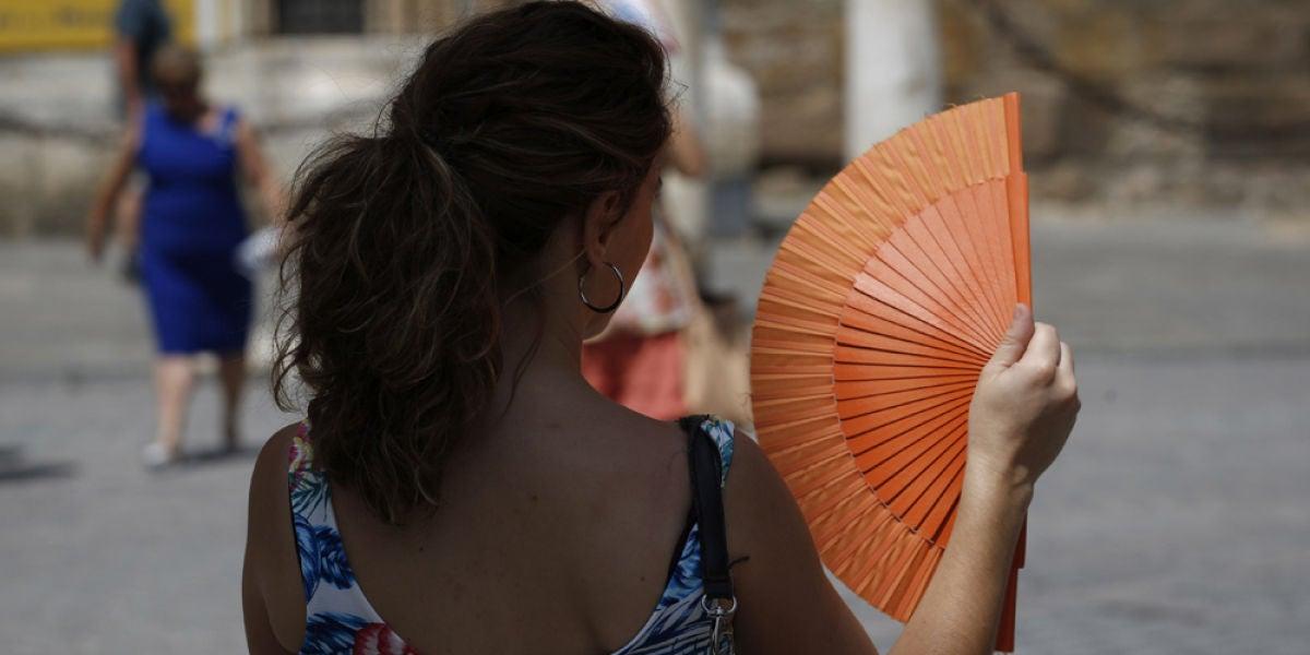 Una mujer con un abanico