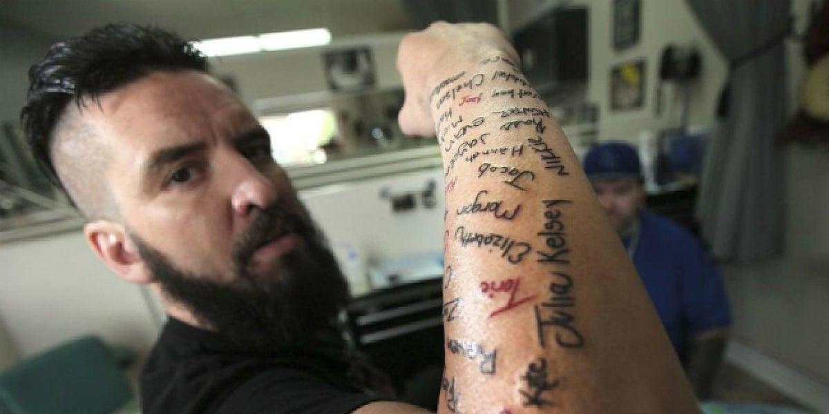 Robb Nash se ha tatuado el nombre de los 120 jóvenes a los que ha salvado
