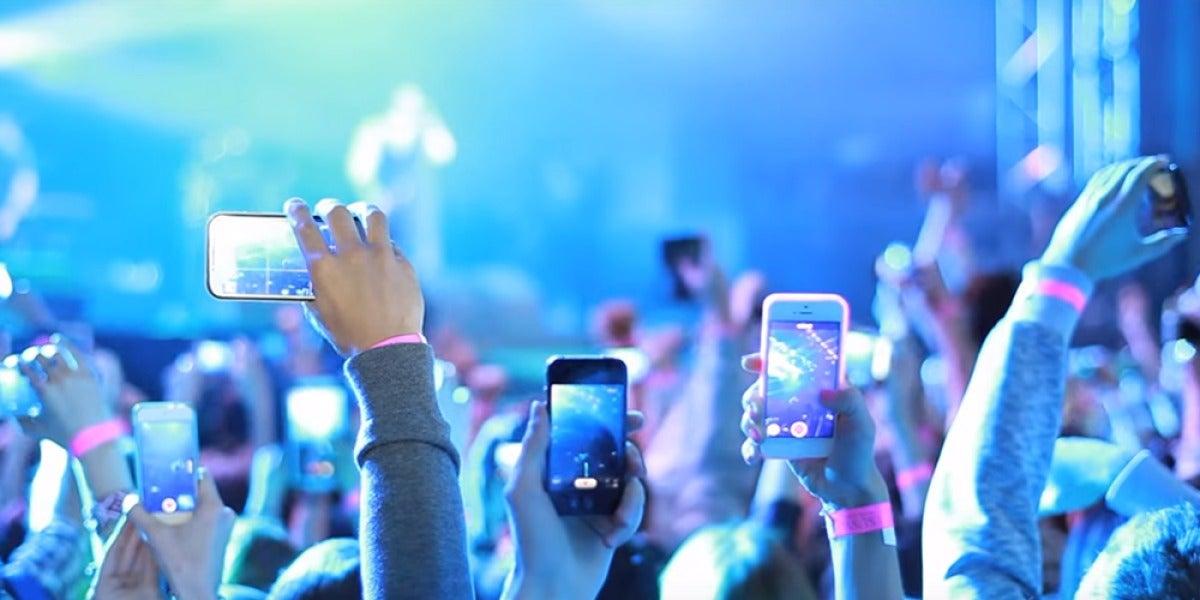 Smartphones grabando en un concierto