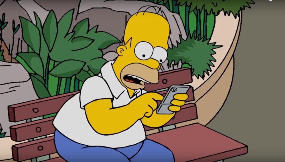 Homer Simpson concentrado cazando Pokémon