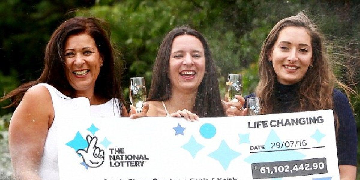 Coutney junto a su madre y a su hermana recibiendo el premio
