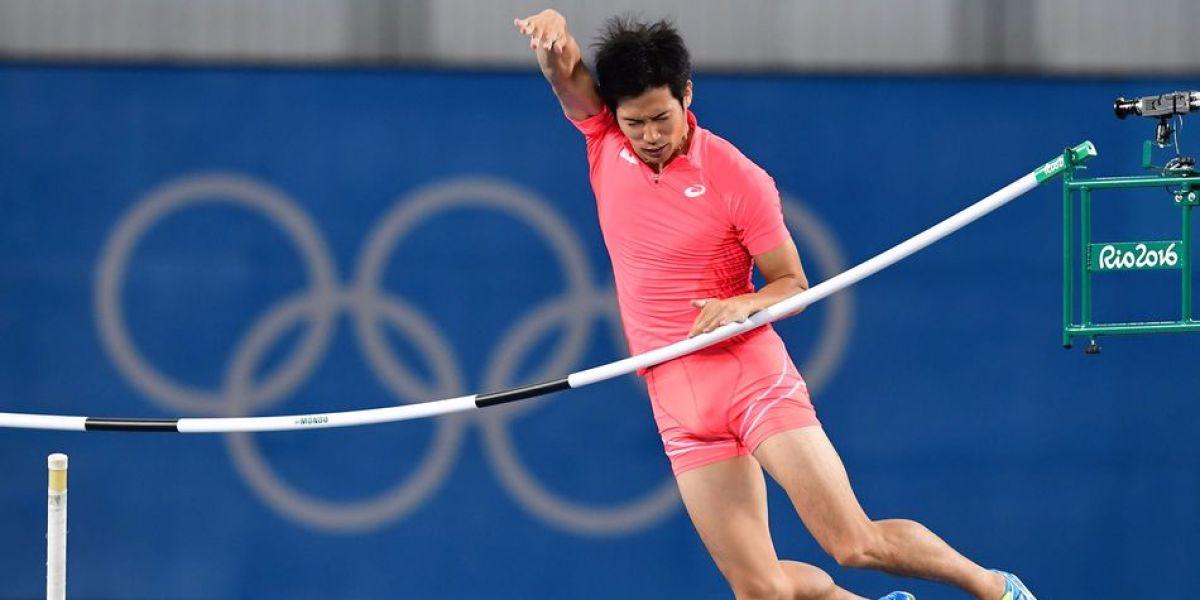 Hiroki Ogita en su prueba de salto con pértiga