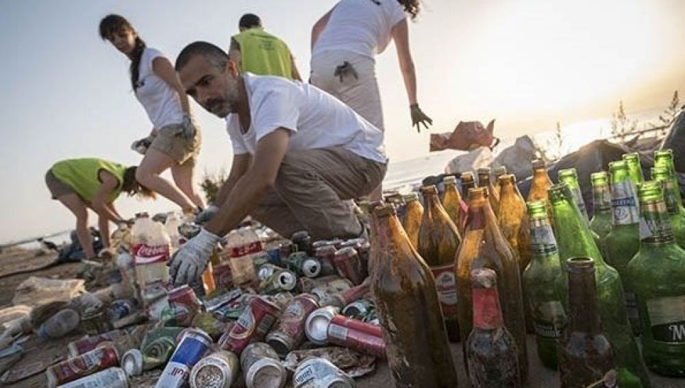 Voluntarios de Greenpeace recogen basura de las playas de Valencia