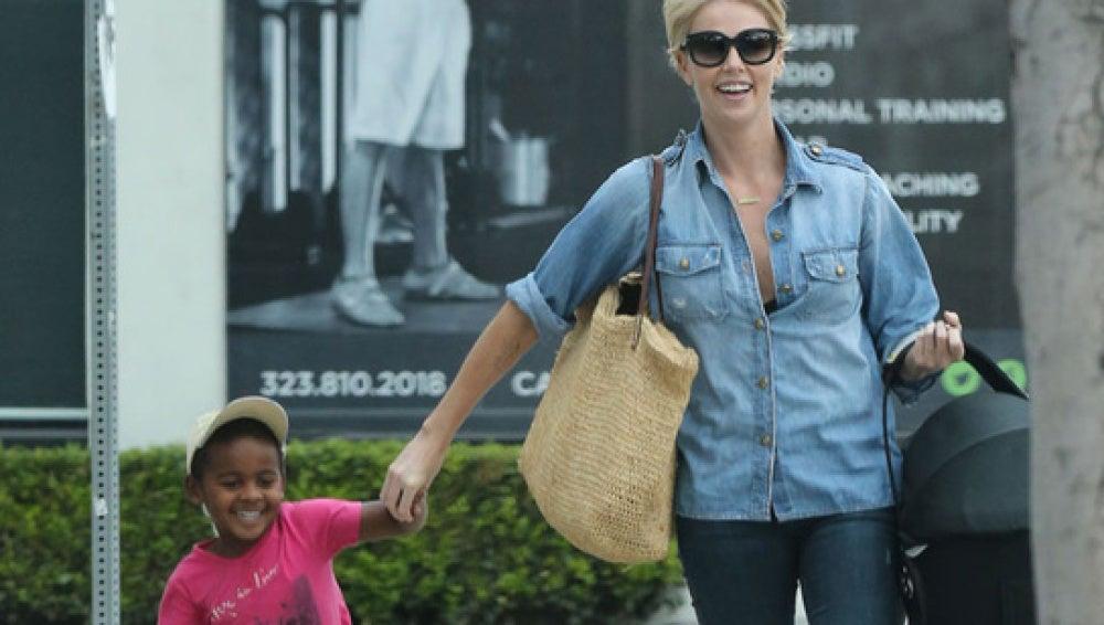Charlize Theron con su hijo Jackson