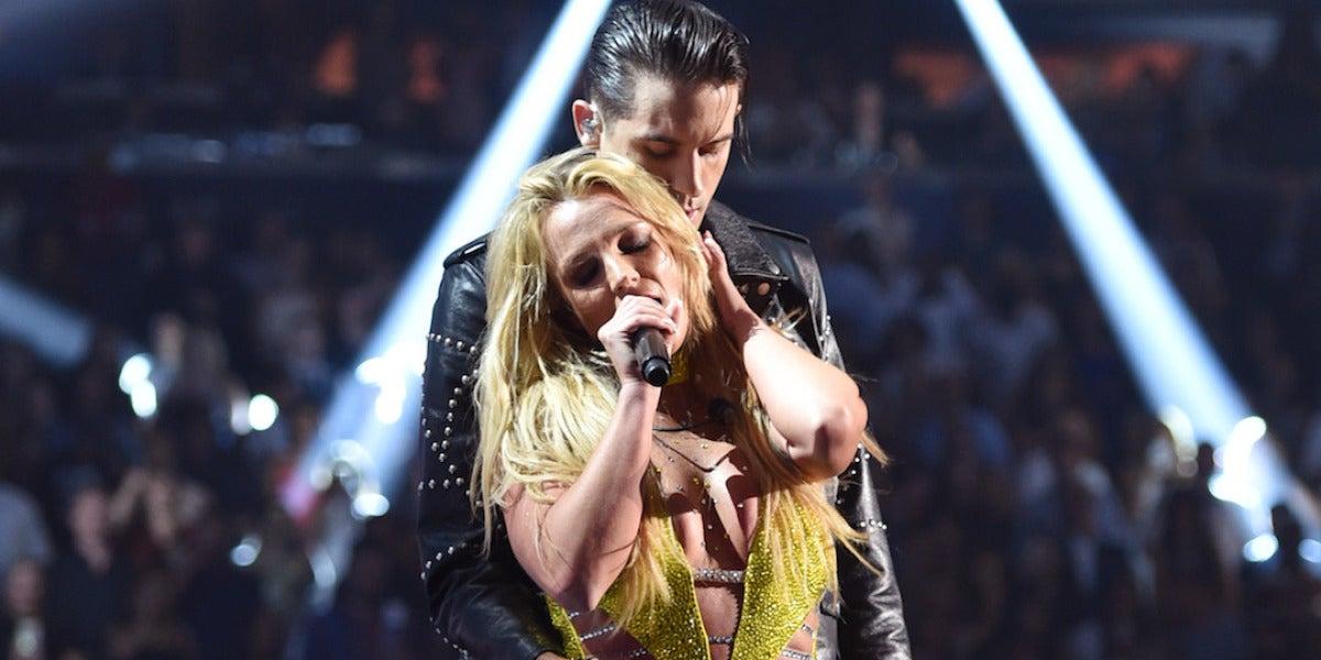 Britney Spears y G-Eazy durante su actuación en los MTV VMAs 2016