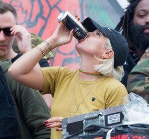 Lily Allen bebiendo en el carnaval de Notting Hill