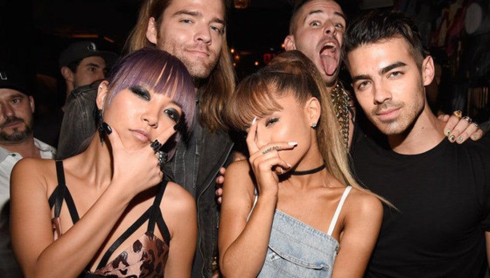 Foto de los VMAs en la que Ariana Grande aparece tapándose medio rostro